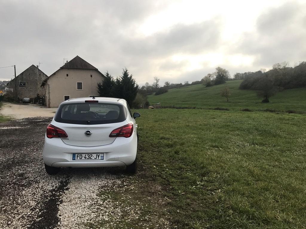 خودروی Opel متعلق به شرکت AVIS در مسیر فرانسه